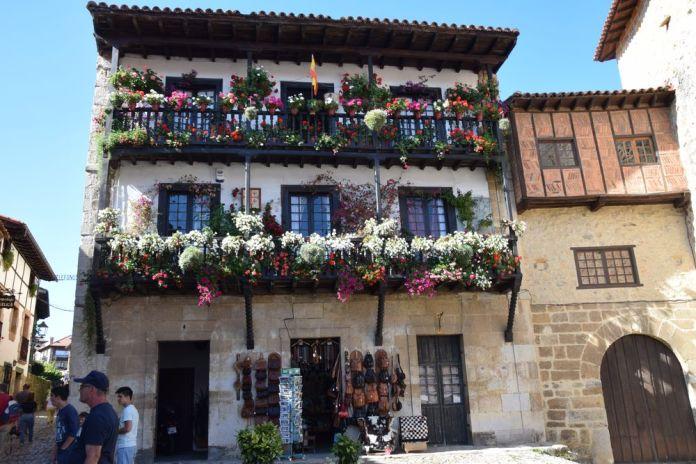 maison fleurie santillana del mar