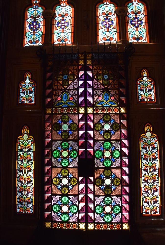 grand vitrail coloré palais de sobrellano comillas
