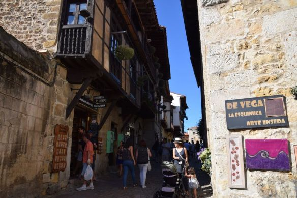 boutiques dans les rues de santillana del mar