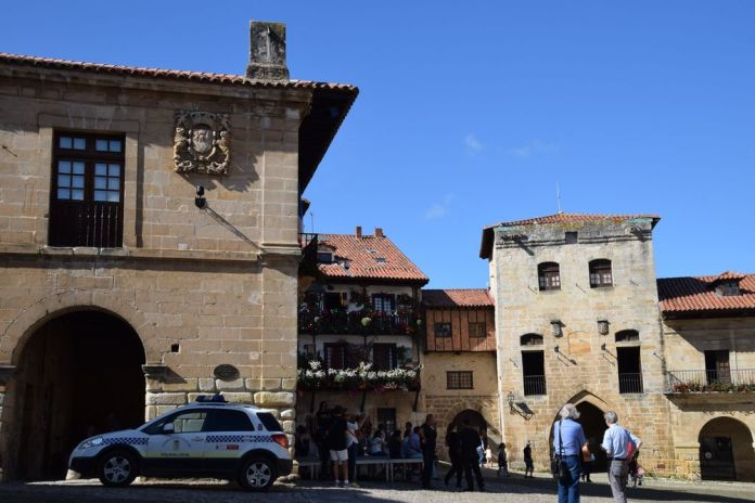 plaza mayor mairie tour de don borja santillana del mar