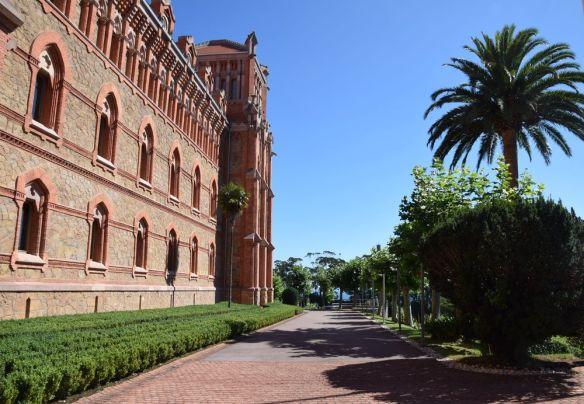 en longeant façade université pontificale comillas