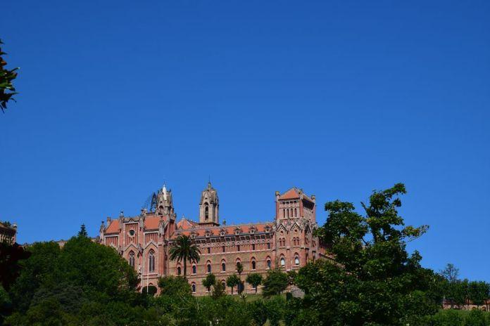 université pontificale vue depuis la ville