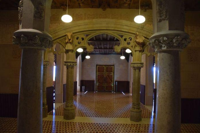 enfilade colonnes et arcs entrée université pontificale comillas