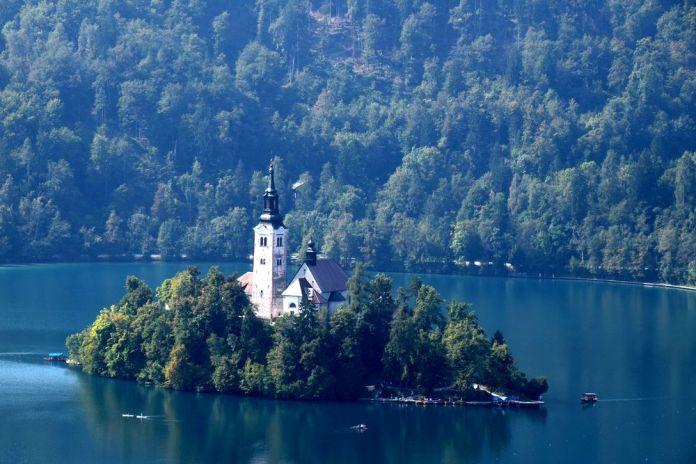 île et église lac de bled