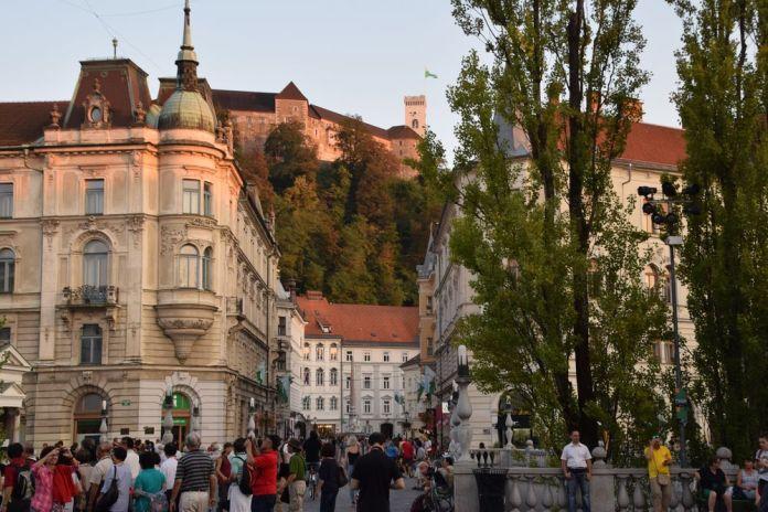 Ljubljana son château sont triple pont un ensemble plein de poésie