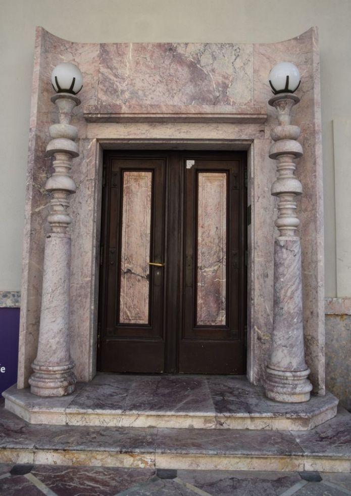 porte du bâtiment de kranj