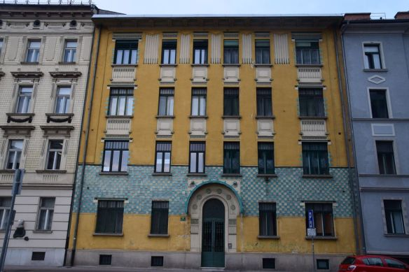 damiers bleus sur fond jaune à Ljubljana