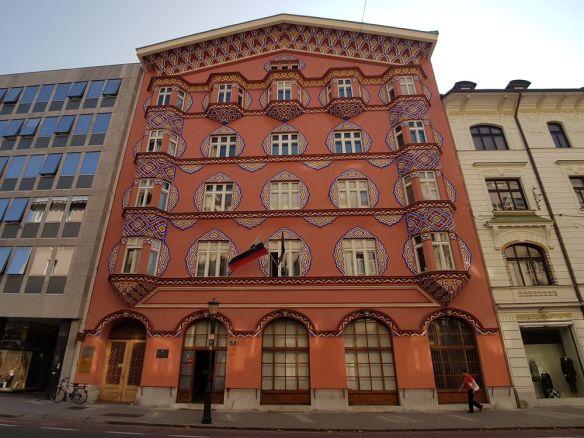 reflets orangés banque coopérative Ljubljana