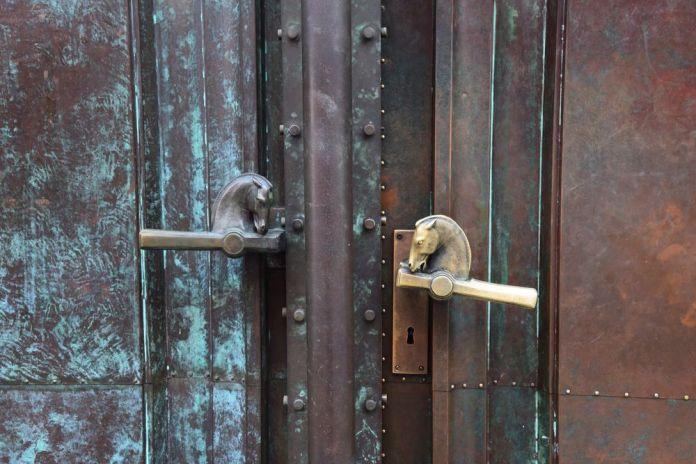 tête de chevaux en guise poignées de porte ljubljana