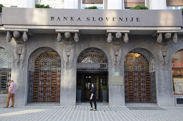 entrée de la banque de slovénie bien gardée à ljubljana