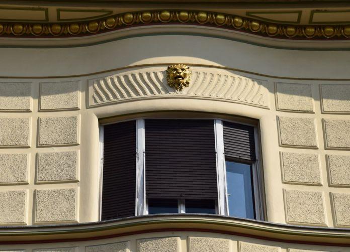tête de lion dorée sur maison hribar ljubljana