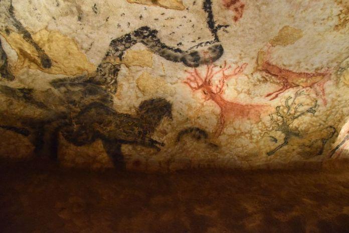 cerfs de petite taille sur une frise de Lascaux 4