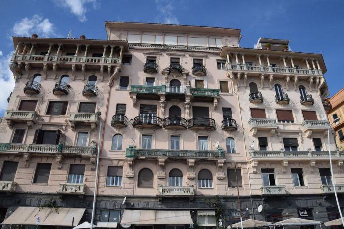 bâtiment liberty en bord de mer Naples