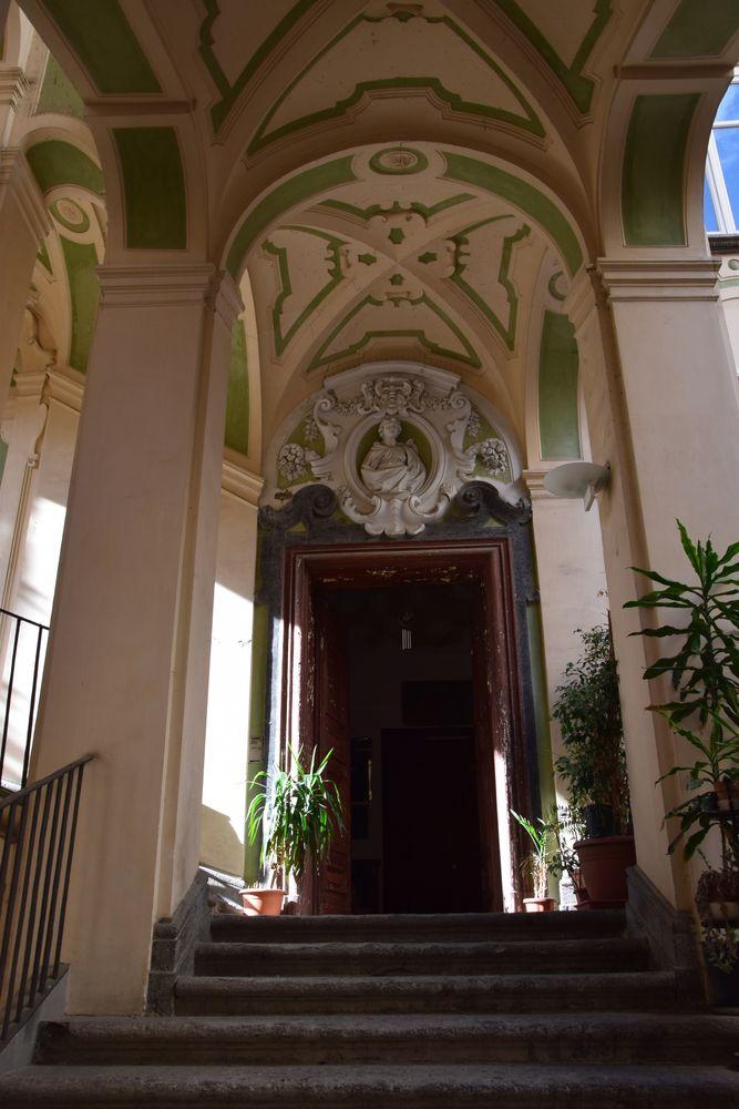 architecture palazzo dello spagnolo peinture bicolore Naples