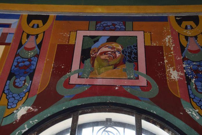 femme souriante décors Uvarium