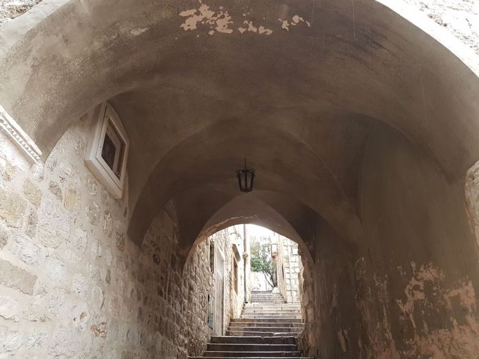 maisons forment des voûtes à Dubrovnik