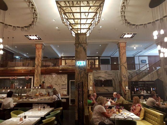 salle à manger reichshof curio collection by hilton