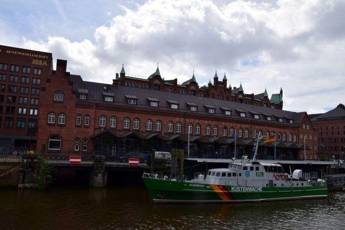 bateau à quai Speicherstadt Hambourg