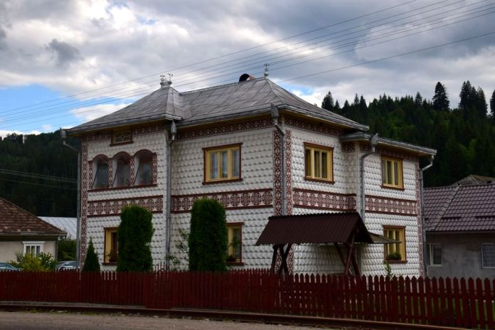 frises rouges soulignent la façade