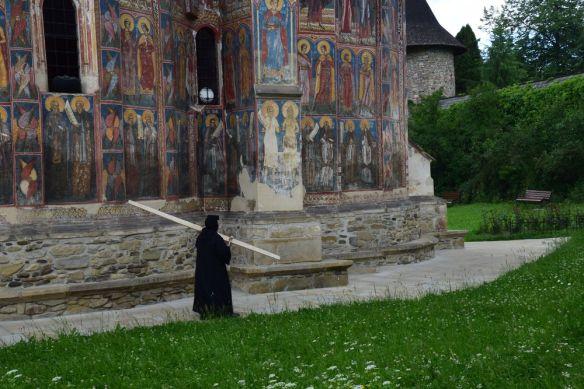 soeur tapant sur un bout de bois Moldovita