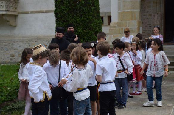 groupe d'enfants en promenade à Putna
