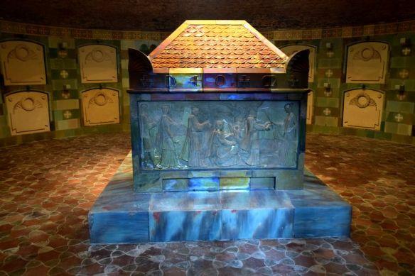 sarcophage de Vilmos Zsolnay en éosine