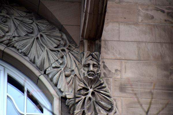 visage sous le balcon 56 allée de la robertsau strasbourg
