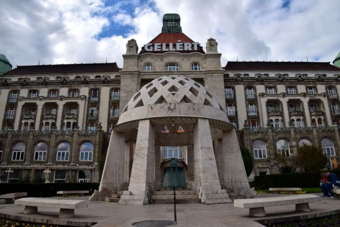 façade hôtel gelléert budapest