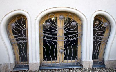 grilles à fleurs devant soupiraux villa korossy budapest