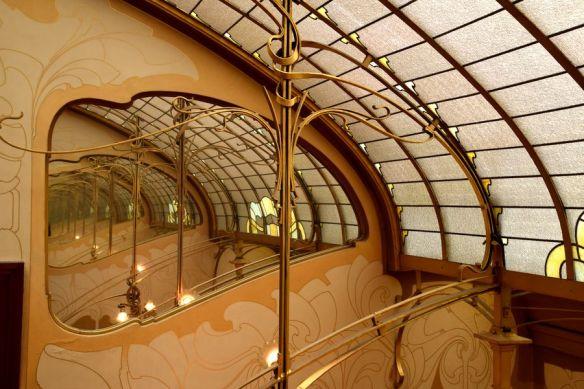 jeu de miroirs au dernier niveau de la cage d'escalier du musée Horta Bruxelles