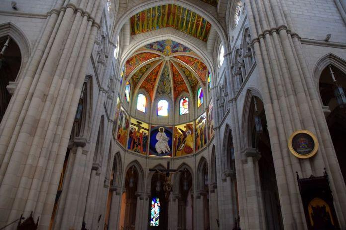 cathédrale madrid intérieur lumineux