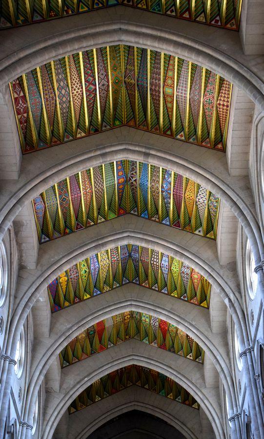 explosion de couleurs sur le plafond cathédrale