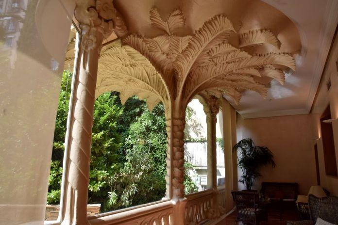 galerie extérieure soutenue par un palmier
