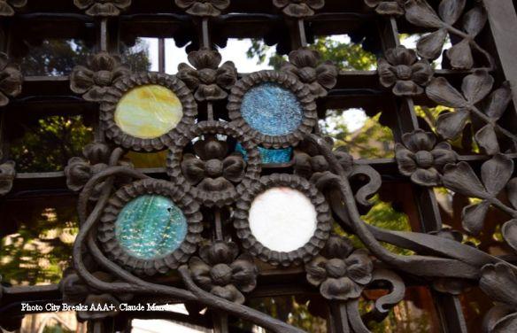 Détail du portail du palais Baro de Quadras