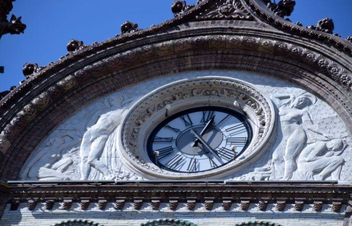 grande horloge céramique Parisi Udvar Budapest Hungary