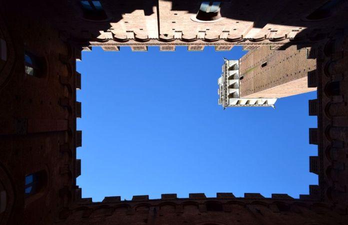 découpe du ciel entre les créneaux de l'hôtel de ville
